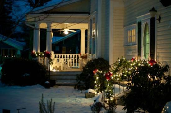 Elizabeth Leigh Inn: Porch at Night