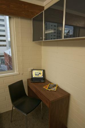Kangaroo Inn: King Single Room - Desk with Storage Areas