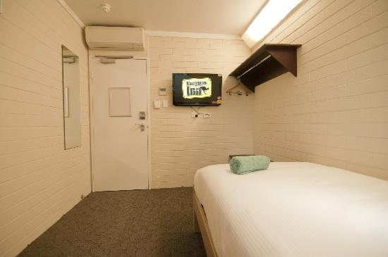 Kangaroo Inn: King Single Room - 32in LED TV, Wardrobe, In-Room Safe and Daikin Aircon