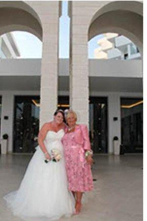 ميتسيس فاليراكي بيتش هوتل:                                     me and my mum outside the hotel                           