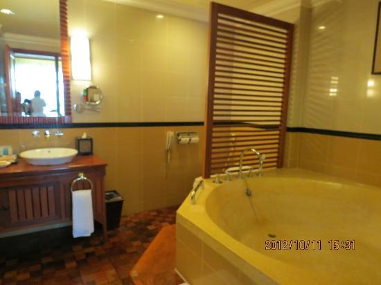 Sokha Angkor Resort: Huge bathtub