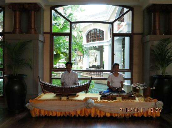 Sokha Angkor Resort: Music playing at the lobby