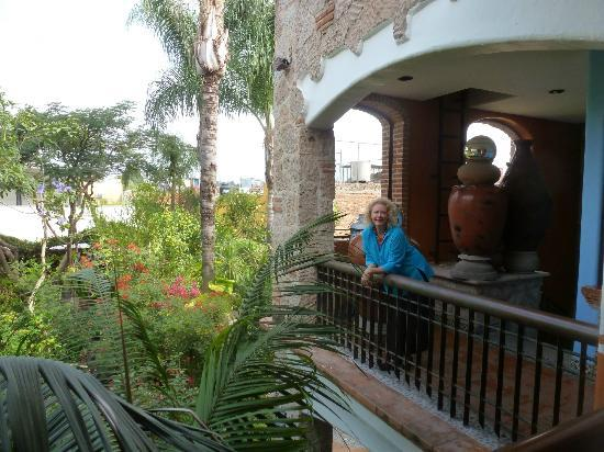 Casa de Las Flores: That's me on the balcony looking down toward my ground floor room