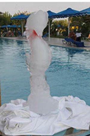 ميتسيس فاليراكي بيتش هوتل:                                     sea horse ice sculpture                                  