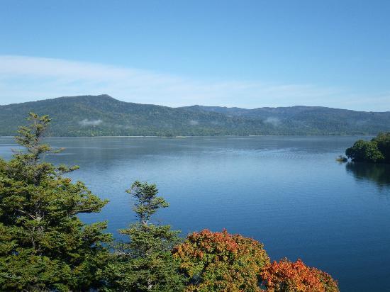 Kushiro, Japón: 靄がすっかり晴れた阿寒湖です(12年10月上旬撮影:朝9時ころ)。今年の紅葉は気温が高くイマイチとのことでした。