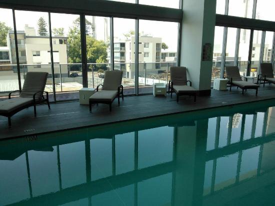 فريزر سويتس بيرث: pool 
