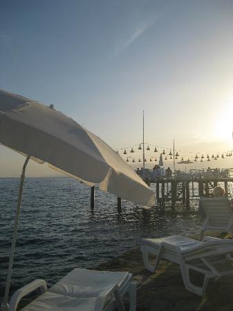 Club Hotel Sera: Steg am Strand