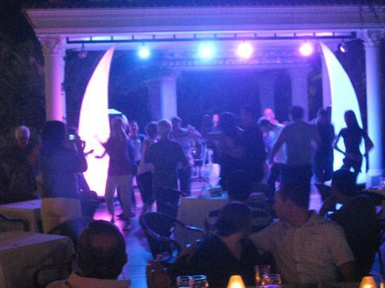 Club Hotel Sera: Tanz im Gartenbereich