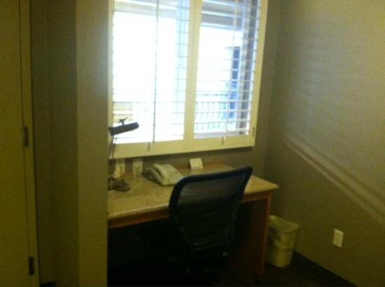 Best Western Plus Manhattan Beach Hotel: Desk