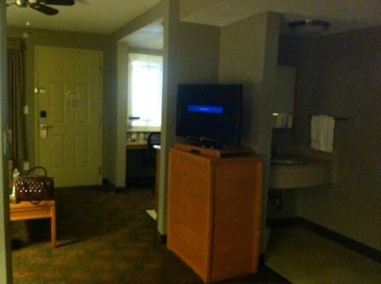 Hawthorn Suites by Wyndham Los Angeles: Flat Screen TV (weird angle in room though)