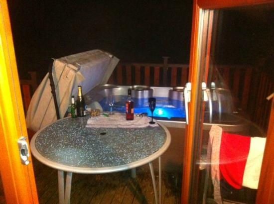 Darwin Forest Country Park: Hot tub at night
