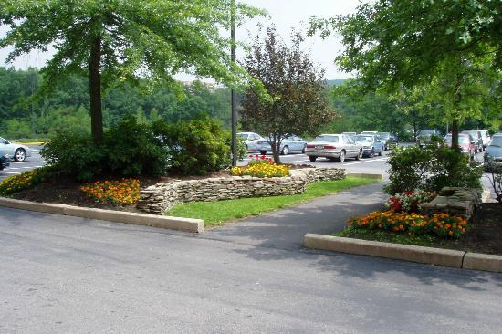 Holiday Inn Wilkes Barre East Mountain: Large Parking Lot