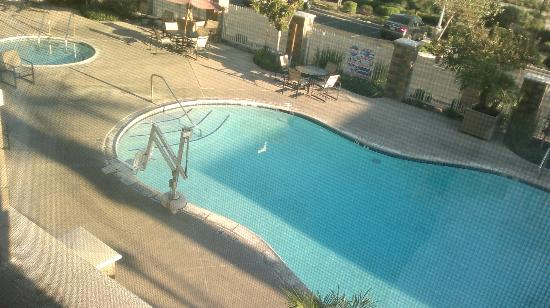 Holiday Inn Ontario Airport: pool from the window of my room