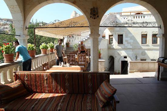 Stone House Cave Hotel: Terraza para desayunos