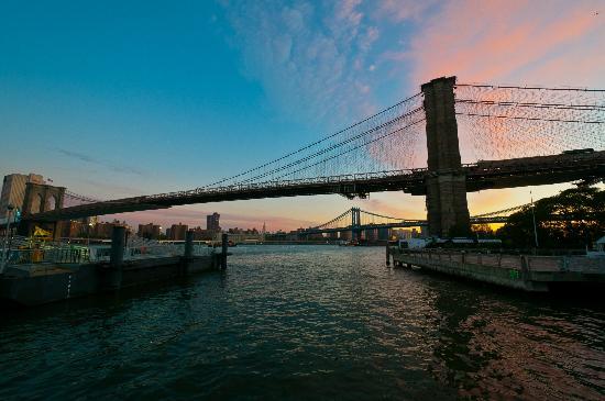 Empire Fulton Ferry State Park: Sunrise over the Brooklyn Bridge
