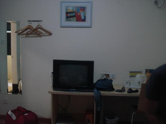7 Days Inn (Guangzhou Beijing Road): tv, wi-fi, kettle, all you need but a cupboard..