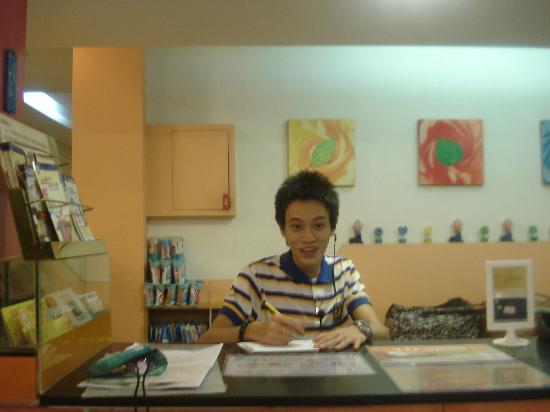 7 Days Inn (Guangzhou Beijing Road): Lei, very friendly and does his best to help...