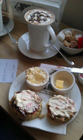 Cartmel Village Shop: yummy scone and hot chocolate