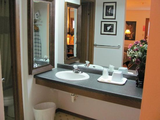 LandMARK Country Inn: Sink area outside the bathroom