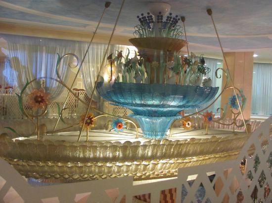 Grand Hotel la Pace: Chandalier in lobby