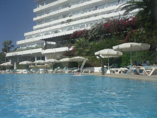 Grecian Sands Hotel: Pool & Hotel.