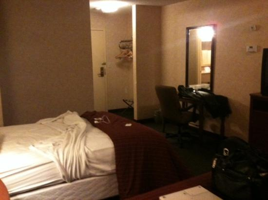 Americas Best Value Inn: Desk and office chair in spacious room.