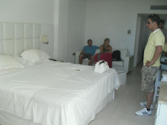Grecian Sands Hotel: Our huge room!
