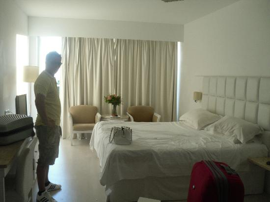 Grecian Sands Hotel: Huge bed!
