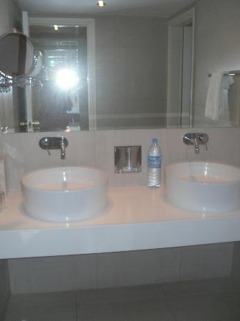 Grecian Sands Hotel: Two sinks!