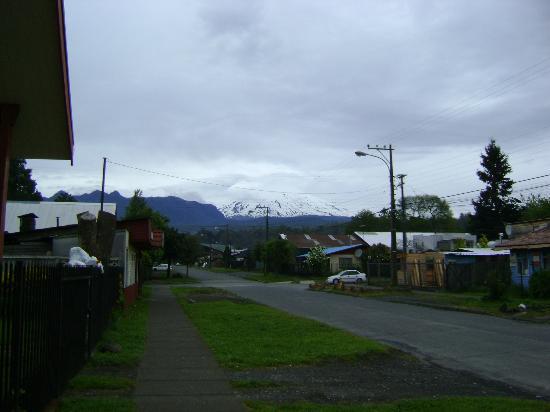 Hostal Emalafquen: Vista do Vulcão Villarica em frente ao hostel
