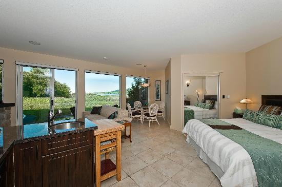 Inn The Estuary: Lagoon Suite overlooking lagoon, bay and mountains