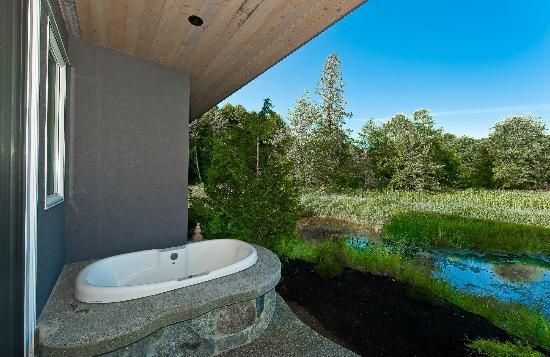 Inn The Estuary: Outdoor jetted tubs in both suites
