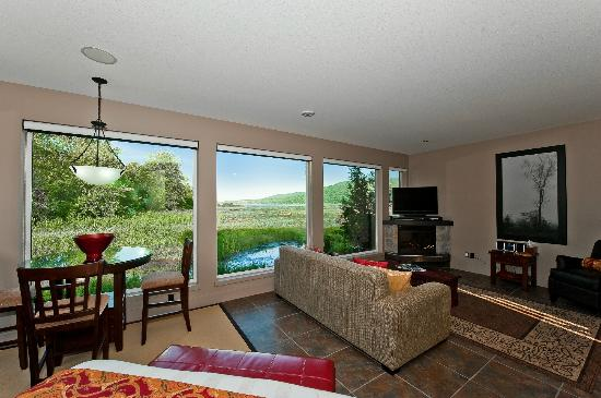Inn The Estuary: Wetlands Suite overlooking lagoon, bay and mountains