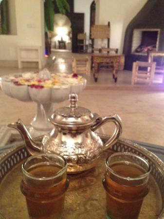 Riad Tawargit: sentiment de plénitude avec ce délicieux thé à la menthe prépare par Abdou toujours très attenti