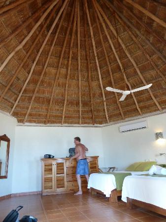 Mahekal Beach Resort: Ruime kamer geen luxe, maar alles wat je nodig hebt.
