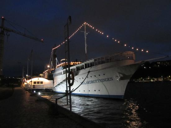Malardrottningen Yacht Hotel and Restaurant: hotel at night