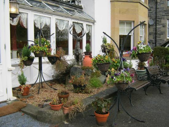 Strathpeffer Hotel: cramped front 'garden'