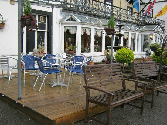 Strathpeffer Hotel: mis-matched outdoor furniture