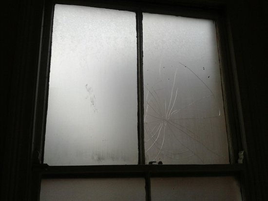 The Wrens Hotel: cracked window in bathroom