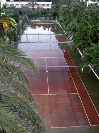 The Orangers Beach Resort & Bungalows: Tennis Courts (not all weather!)