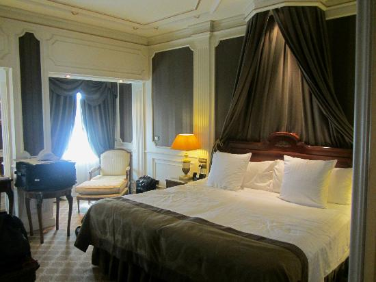 Gran Melia Fenix: Beautiful Bedroom with view to the street