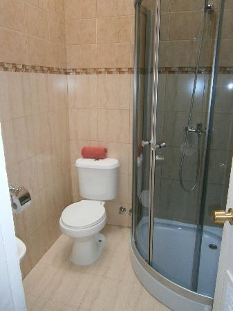 Hostal Ainil: salle de bain commune