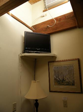 Hacienda Nicholas Bed & Breakfast Inn: Loose visible cords to TV and air-con.
