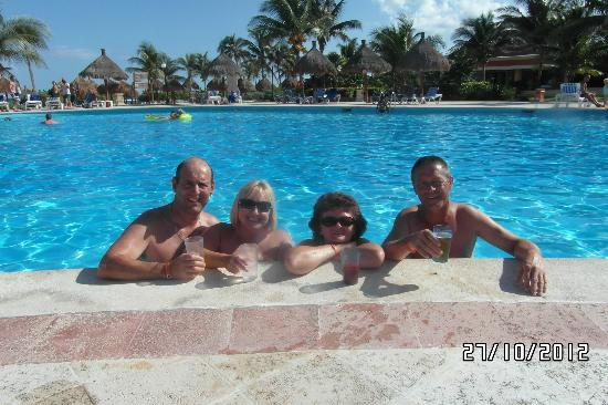 Grand Bahia Principe Tulum: enjoying a drink in the pool :o)