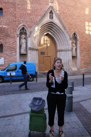 Toulouse Walking Tours : Penny with her green trolly.