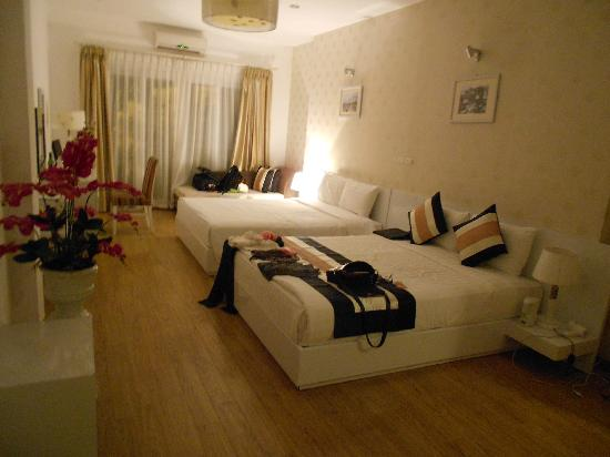 Splendid Star Suite Hotel: The big family room near the church