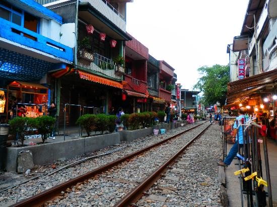 Ping Hsi Branch Railway Line: Shifen, a busy street