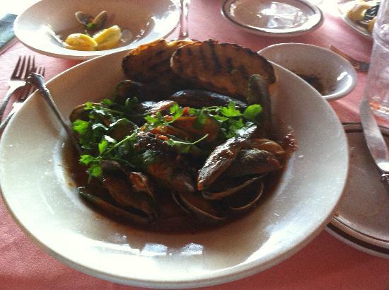 Dino's Ristorante Italiano: Clams & Mussels Brodetto $15 Delicous!