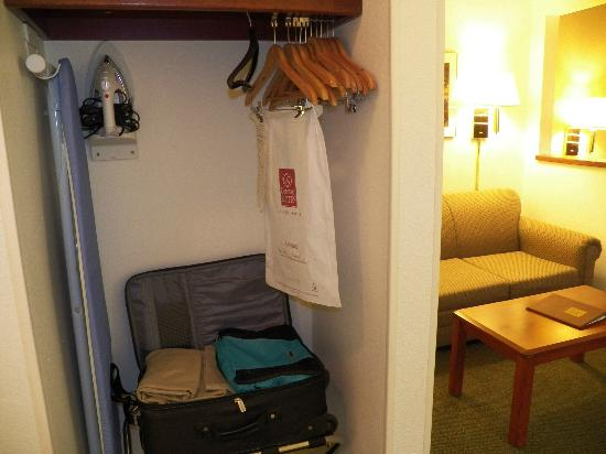 Comfort Suites Rochester: very small closet