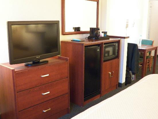 Comfort Suites Rochester: TV, fridge + microwave were clean + working